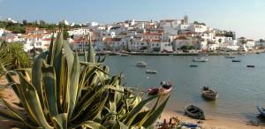 Plage, panorama, bord de mer *** Local Caption *** Portugal, Algarve, Ferragudo, view, bay, fishing village, houses, buildings, coast, sea, boats, Europe, 2007
